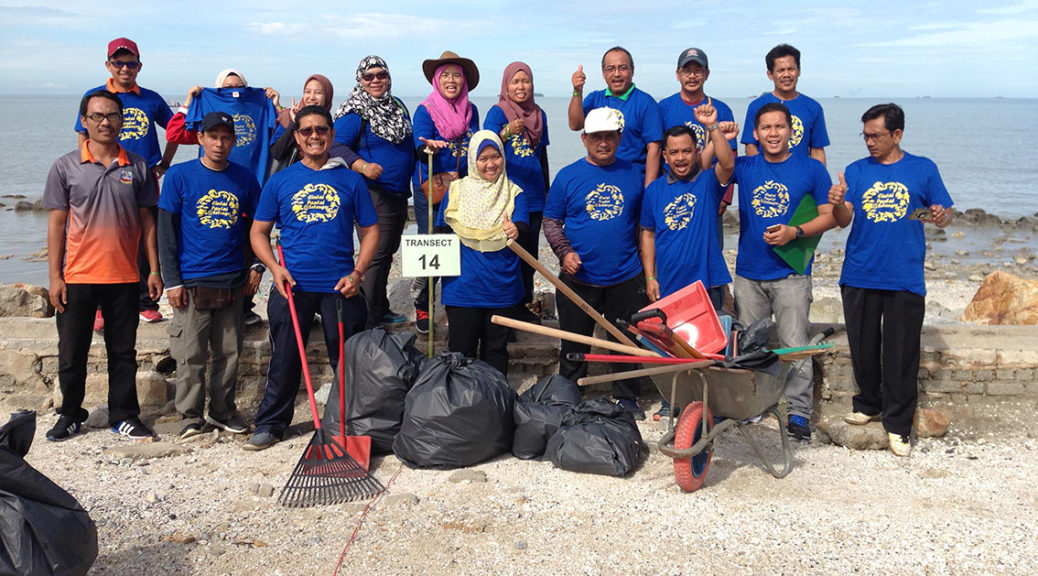 Beach cleanup in Pantai Remis (Photo: SL Wong)