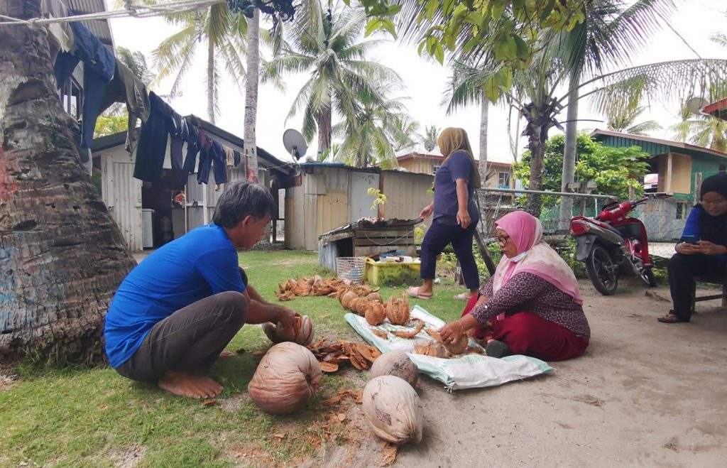 A group of women on Mantanani island have taken the lead in establishing a community initiative to generate an alternative source of income making coconut oil (Image: Adzmin Fatta / Reef Check Malaysia)